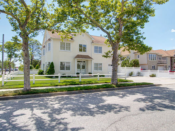 Single Family Home Home in Long beach